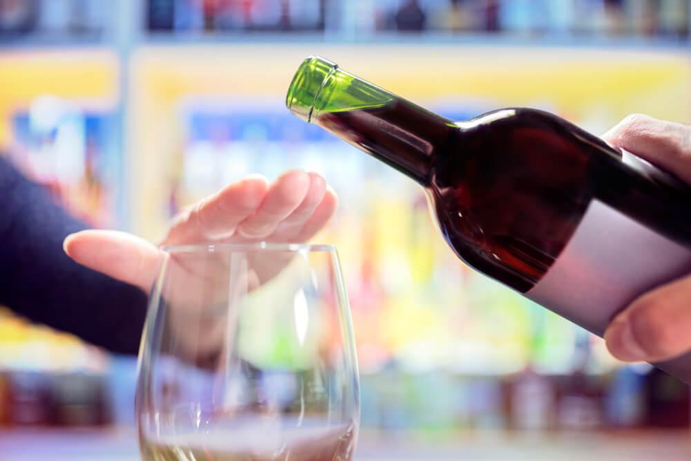אישה אומרת לא לאלכוהול