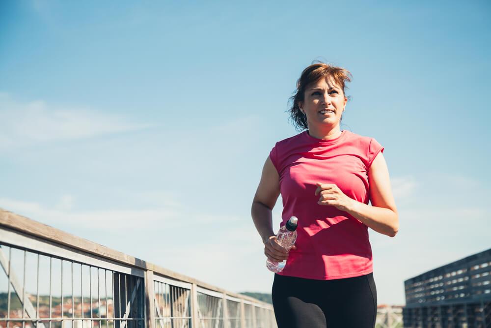 אישה עושה פעילות גופנית